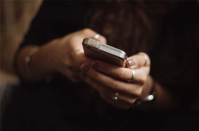 Une ado découvre que sa mère la poste sur les réseaux sociaux, et elle le vit mal