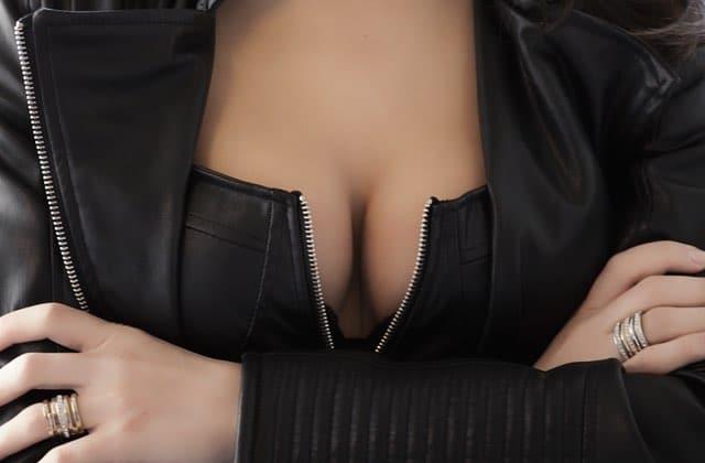 Pourquoi les femmes doivent à tout prix cacher leurs seins ?