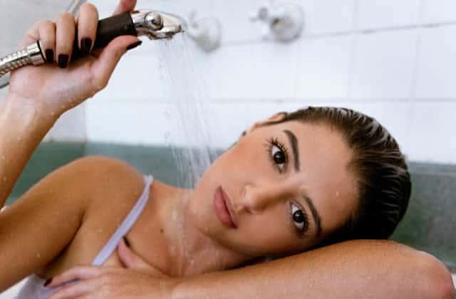 se laver le visage sous la douche