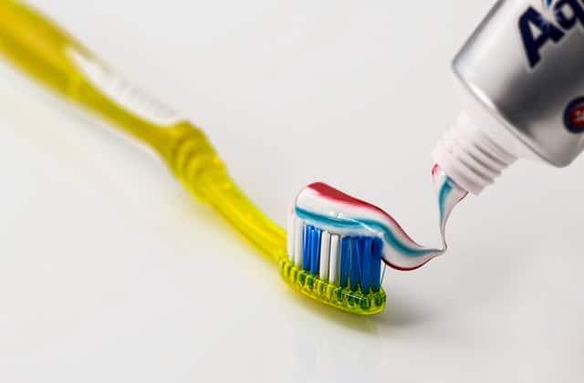 mettre du dentifrice sur les boutons