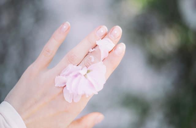 La vraie raison pour laquelle tu as des taches blanches sur les ongles