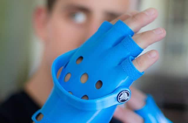 Les gants Crocs existent. Voilà. Je. Bon.