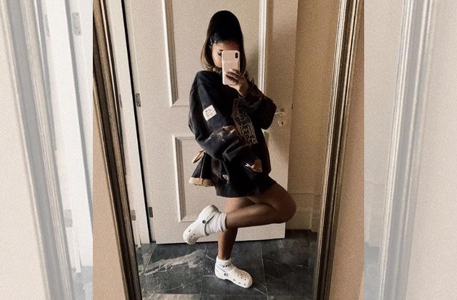 Ariana Grande porte des Crocs et voici où shopper les tiennes