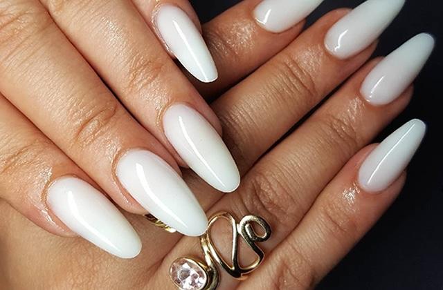 Tendance milky nails  la mode des ongles blancs et