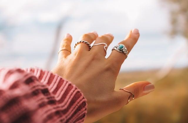 Attention à bien nettoyer tes bijoux pendant la pandémie de Coronavirus