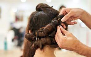 Des coiffeurs offrent un moment de détente au personnel soignant