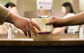 Des protections hygiéniques gratuites pour les femmes précaires dès septembre 2020 !